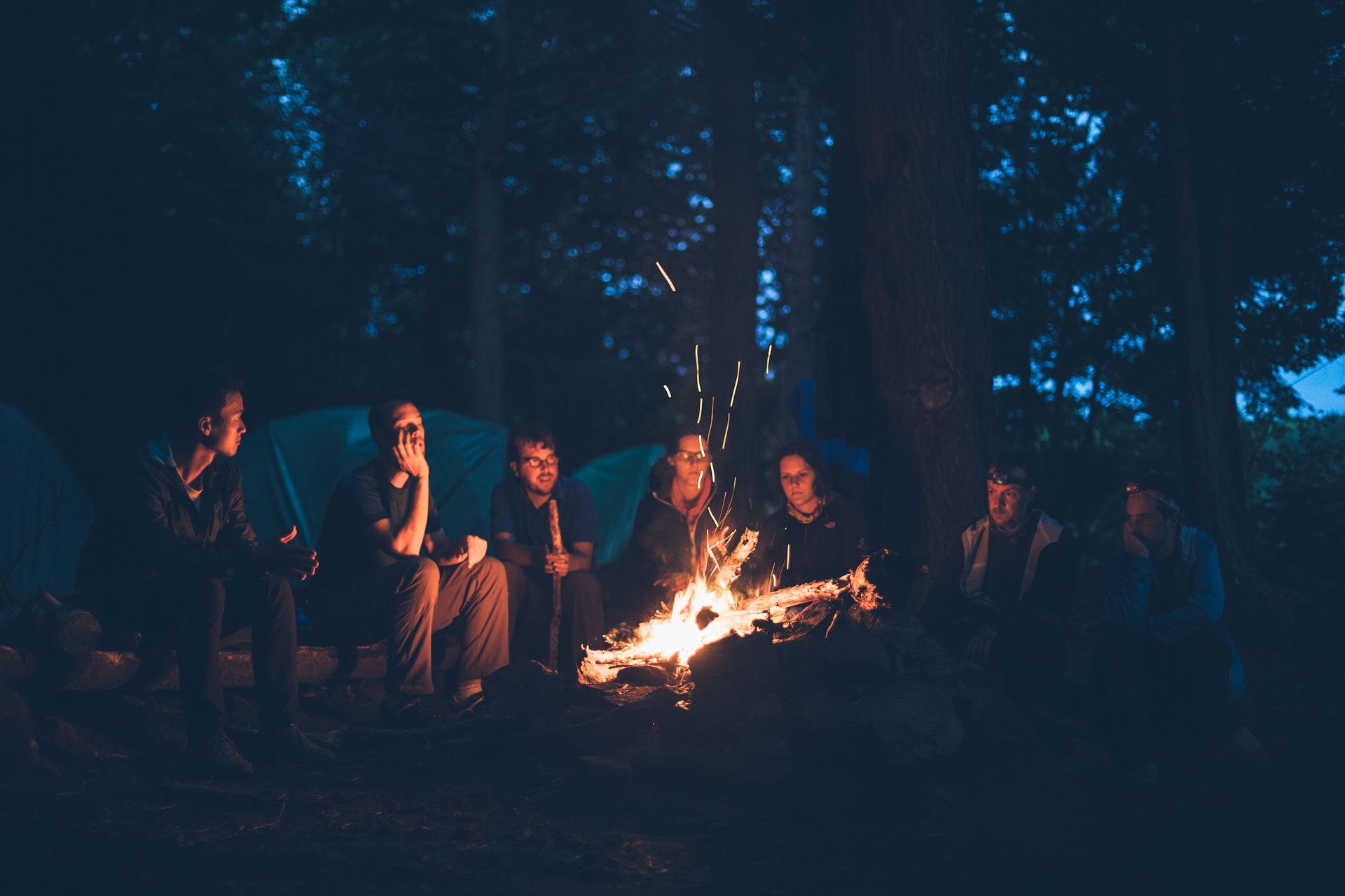 Jeunes gens au coin du feu qui écoutent de la musique