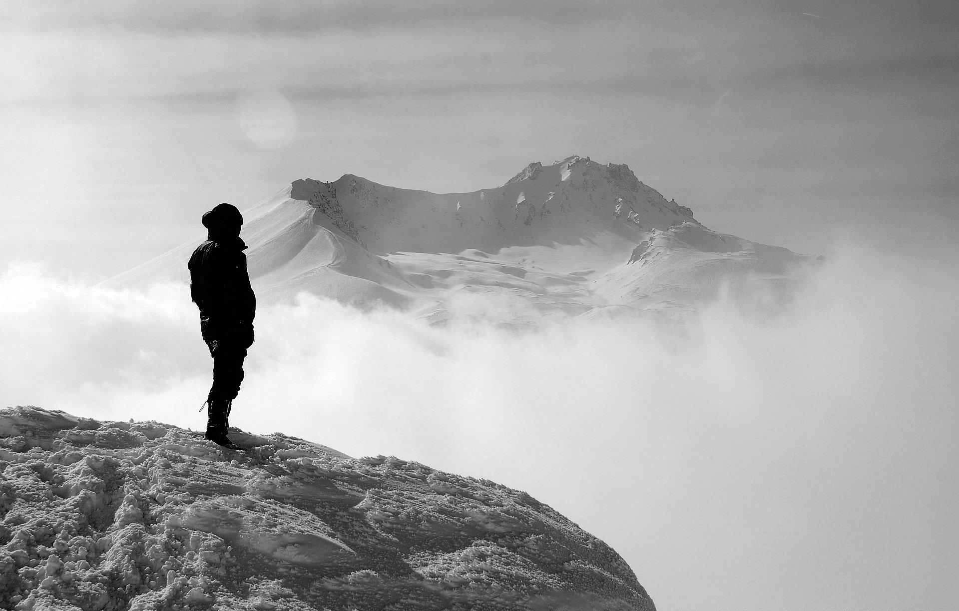 Homme sur une montagne avec de la brume. Photo noir et blanc