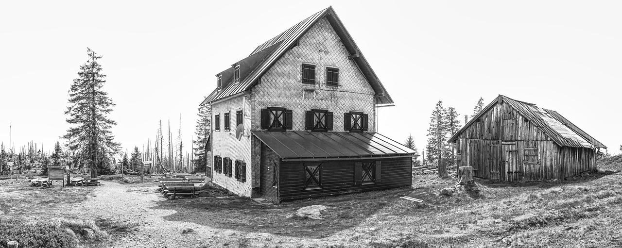 Photo d'une maison abandonnée en noir et blanc